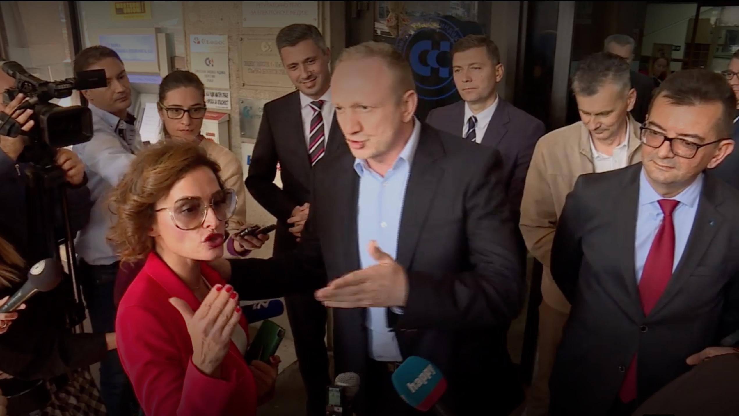 Verbalni sukob opozicije i članice Saveta REM-a, Olivere Zekić, ispred zgrade regulatora u oktobru 2018; foto: printscreen TV N1